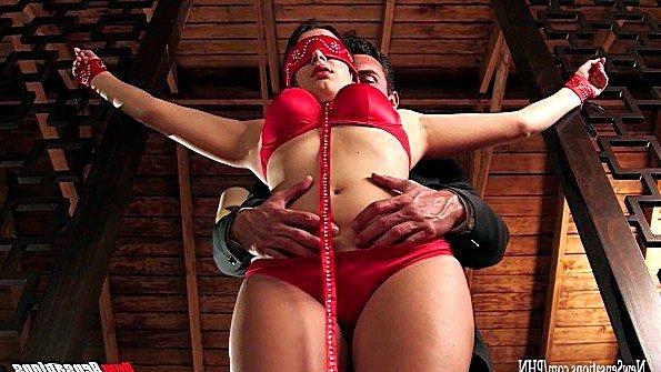 Сексуальная рабыня с большими титями покорно ублажает бизнесмена