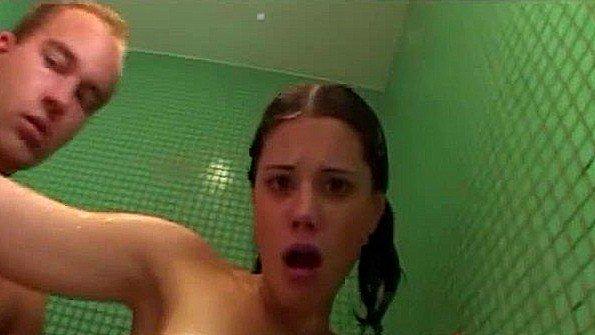 Пришел к барышне в душ и зверски выебал ее там своим крутым членом