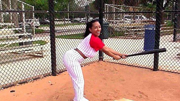 Латинка с большими буферами поиграла в бейсбол и ебется с тренером