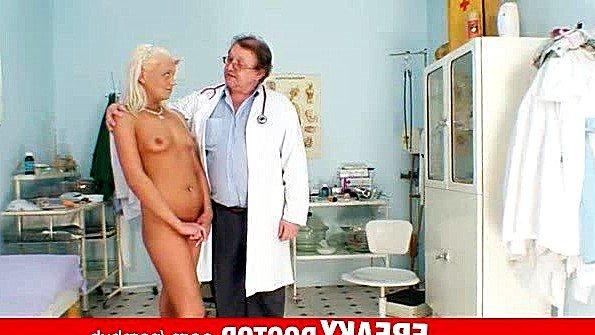 Доктор пошло осматривает пациенту во всех ее интимных местах