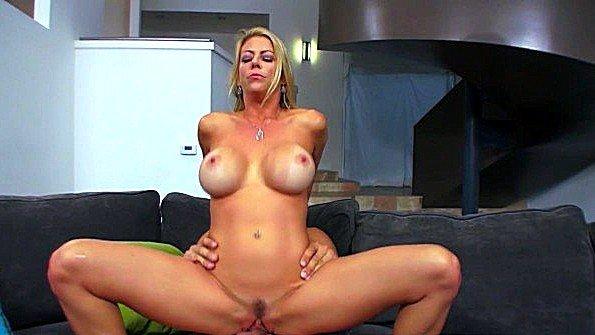 Домохозяйка с большими грудями люто ебется с мужем подруги