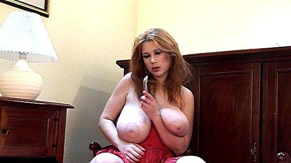 Толстушка с большими дойками дразнит киску своим вибратором