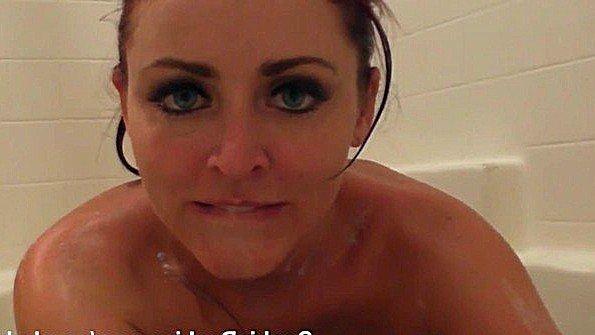 Баба с большими сисяндрами драконит писю в ванной и круто кончает