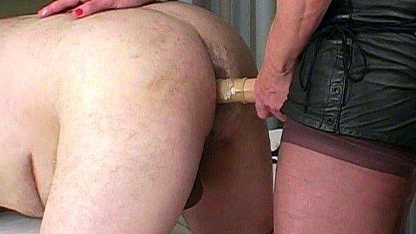 Жена ставит мужа раком и долбит страпоном его задницу по полной