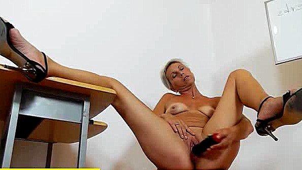 Старая баба с массивными дойками треплет пизденку вибратором