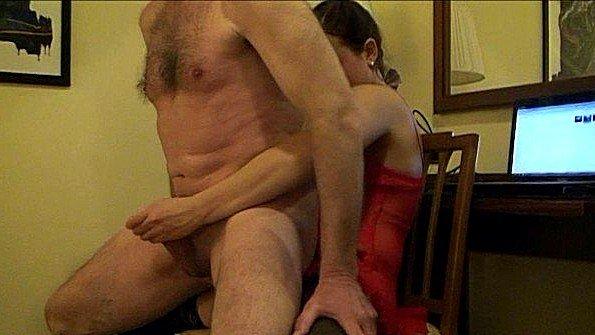 Деваха со страпоном агрессивно ебет старика в анус и дает кончить