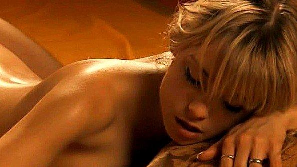 Блондинку романтически трахают в анальную дыру и доставляют экстаз