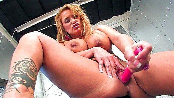 Женщина с крупными дойками онанирует пиздушку до экстаза