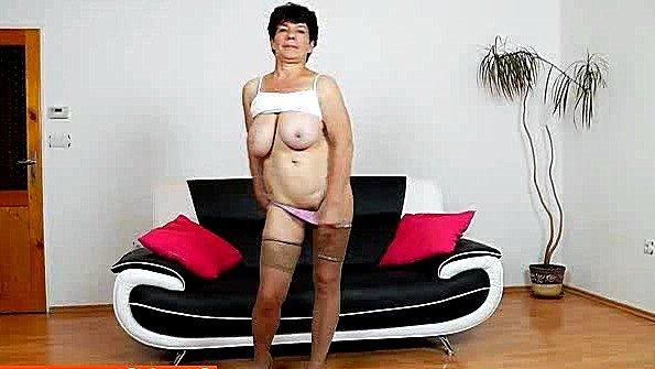 Престарелая жена тискает пелотку вибратором и погружается в нирвану