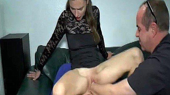 Грубый и жестокий фистинг пизды жены кулаком любовника перед мужем