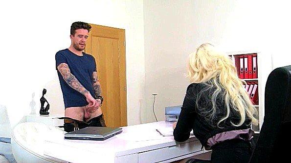 Женщина порно агент с массивными грудями ебется с новым кандидатом