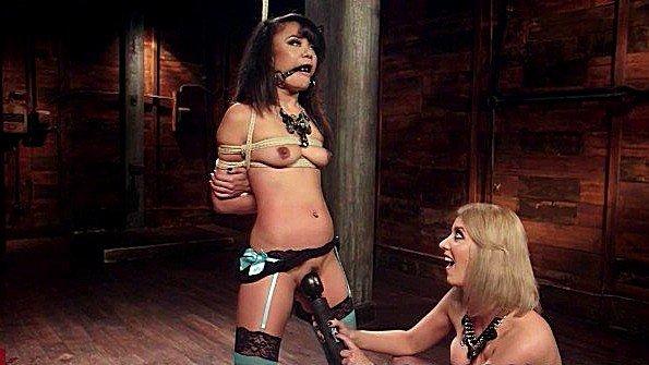 Госпожа грубо ебет сексуальную рабыню с помощью секс игрушек