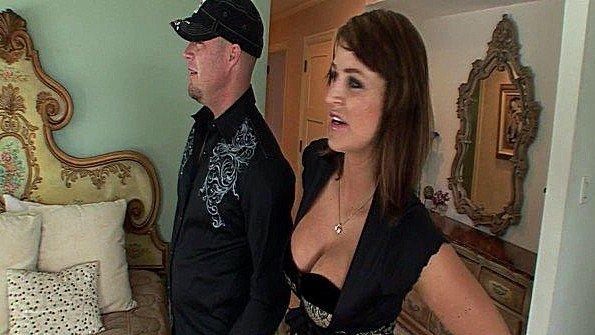 Тетка с большими грудями грубо ебется с мужиком после показа дома