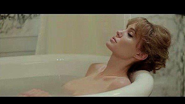 Знаменитая Анжелина Джоли в сексуальной сцене из одного фильма