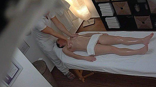 Скрытая камера сняла развратный массаж клиентки с большими сиськами