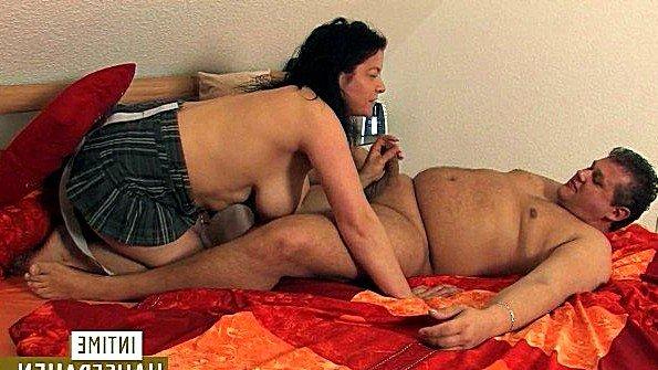 Сиськастая немецкая баба дико хочет ебаться с мужем и пить его семя