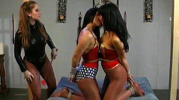 Госпожа требует от своих сексуальных рабынь грубых лесби ласк