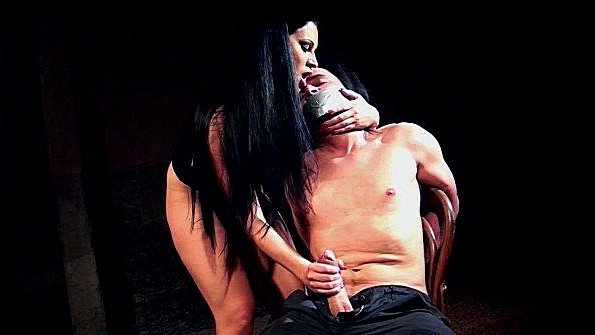 Дрочит член сексуального раба с кляпом во рту и требует спермы