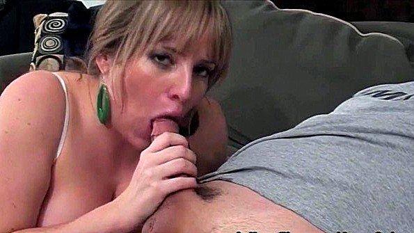 Матерая жена с крупными буферами делает минет своему мужу