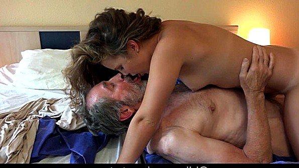Старик трахает молодую девицу и наслаждается ее пиздой