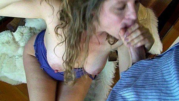 Жена с большими сисяндрами взяла в рот хуй мужа и кайфует от члена