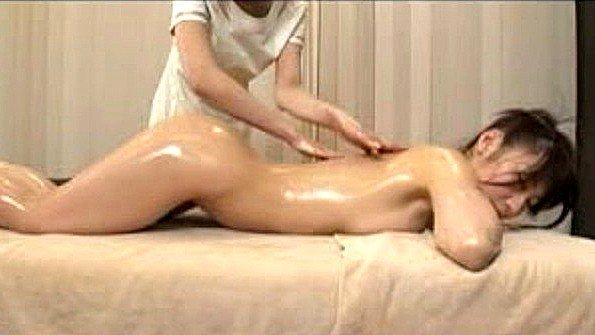 Массажистка ласкает сиськи японской клиентки и доводит до оргазма