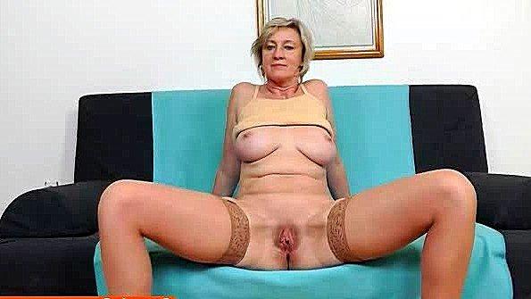 Старая тетка в чулках треплет пелотку с помощью классного дилдо