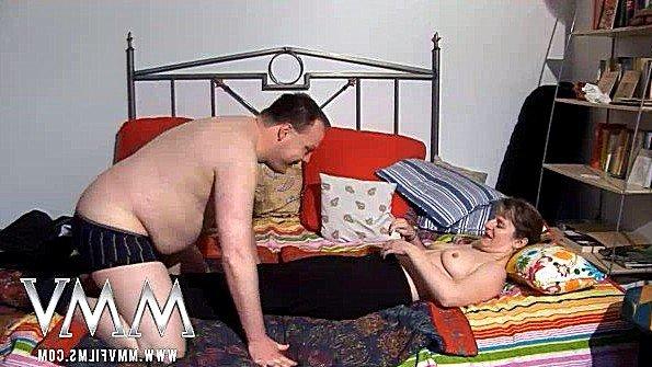 Возрастная немецкая жена податливо отдается мужу в постели