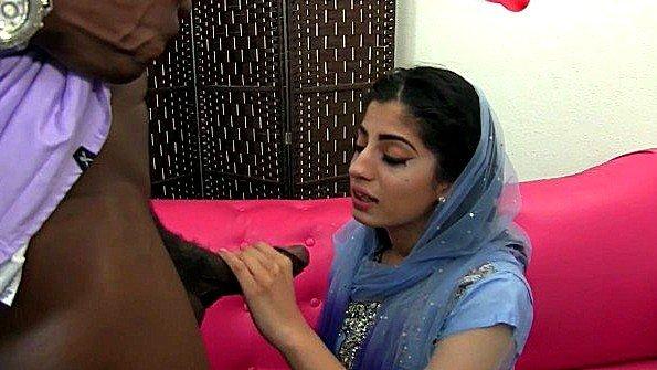Индийская девушка полна похоти и жаждет черный член негра вовсю