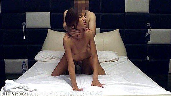 Девушка из эскорта приняла ванну и встретила в постели клиента
