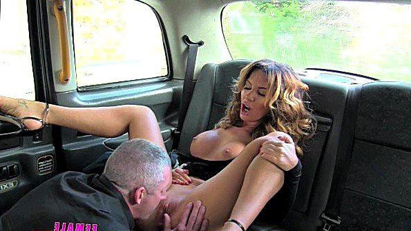 Заматерелая женщина таксист с огромными буферами ебется с мужиком