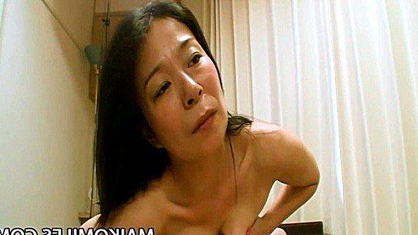 Зрелая японка гладит пиздень и дает мужу кончить в нее сперму