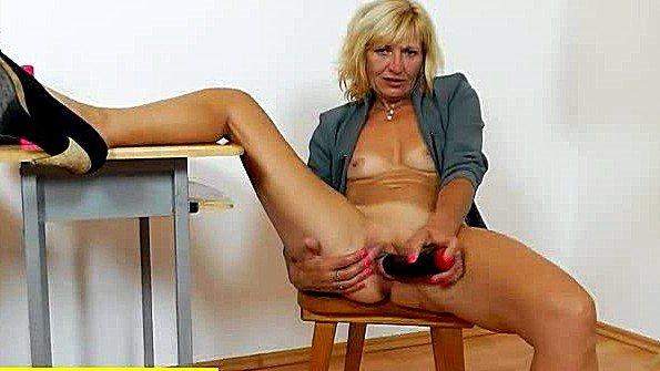 Старая баба мастурбирует пиздень на стуле грубым вибратором