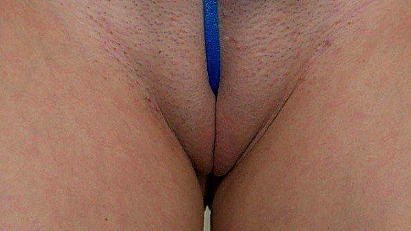 Жена с крупными дойками примеряет разные развратные бикини