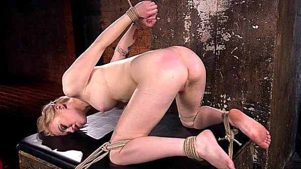 Сисястую рабыню терзают секс машиной и вставляют пальцы в пизду