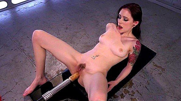 Стерва дрочит пизду вибратором и получает секс машину в попу