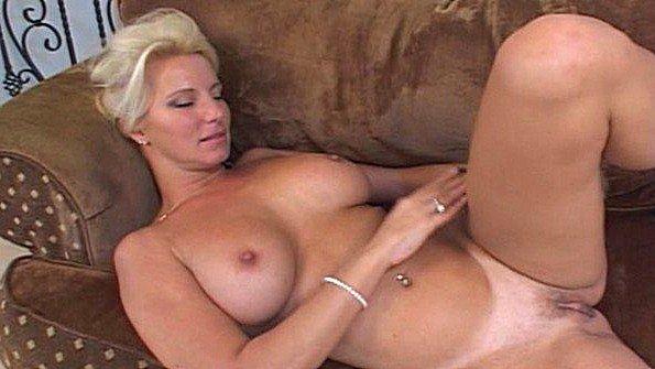 Заматерелая дама с массивными дойками полирует влагалище на диване