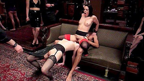 Сексуальные рабыни грубо развлекают толпу в элитном клубе