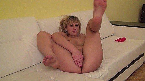 Жопастенькая жена драконит манду на диване перед супругом