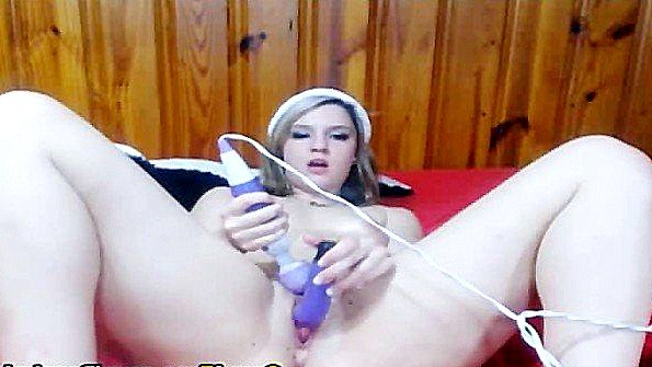 Классная сучка рукоблудничает пизду вибратором перед камерой