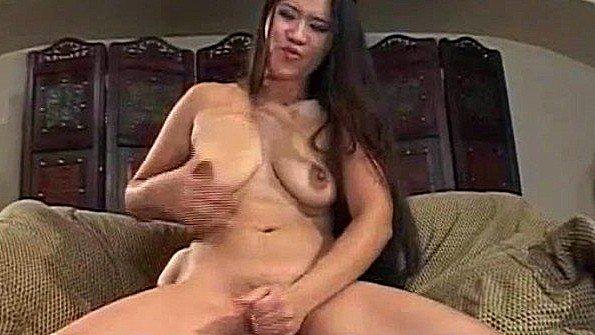 Замужняя азиатка с большими сисями дрочит хуй и ждет сперму