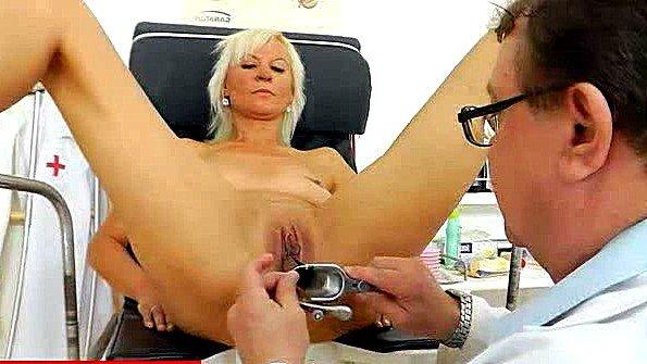 Гинеколог подробно осматривает пизду очередной пациентки