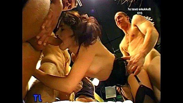 Молодая девка жестко ебется с мужиками и ловит всю сперму