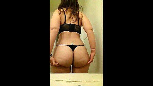 Жопастая домохозяйка с массивными титями крутится перед зеркалом