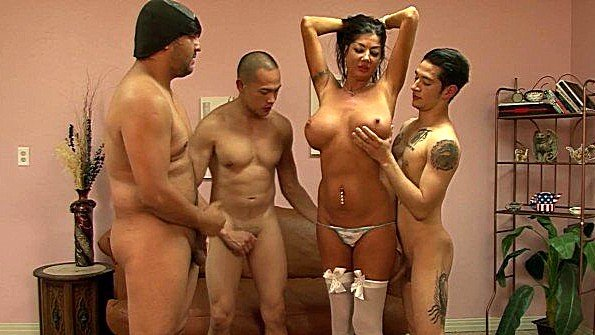 Женщина с большими титьками трахается сразу с тремя кавалерами