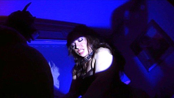 Ночной отсос члена хозяина рабыней и грубая ебля с ней в свете фонарика