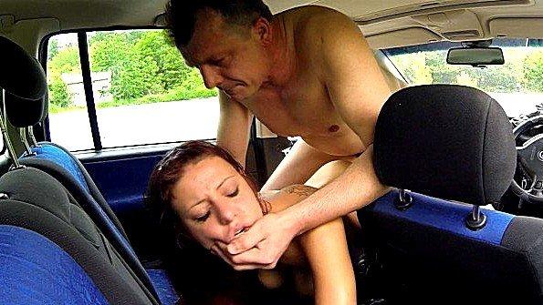 Проститутка уселась в машину к клиенту и ублажает его хуй за бабки