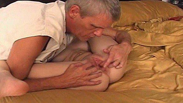 Старик отнес молодую домработницу в спальню и там круто поимел