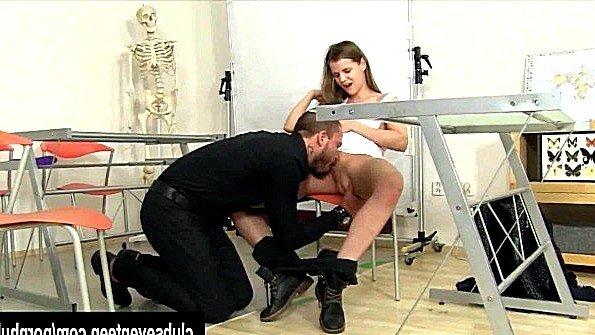 Учитель попросил студентку обнажить грудь и стал ее ебать на стуле