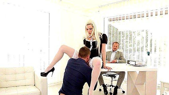 Чешская горничная ебется в офисе с двумя крутыми бизнесменами